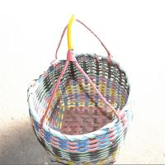 革手によって編まれるバスケットのコレクション バスケットの買物かごの一突きは実を結びます