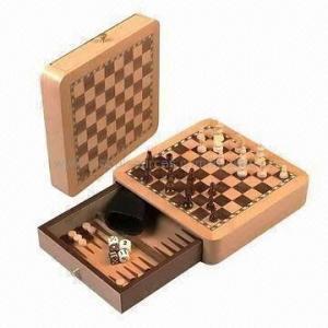 el juego de ajedrez 3 in-1, incluye las piezas de ajedrez, 4 corta en cuadritos, los inspectores, 1 dado del número y 1 taza de dados