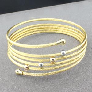 Les nouveaux venus façonnent des bracelets d'acier inoxydable