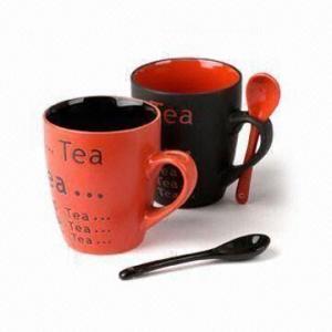 Taza de cerámica con la cuchara, color y modelo de la serigrafía, diseños modificados para requisitos particulares del esmalte aceptados