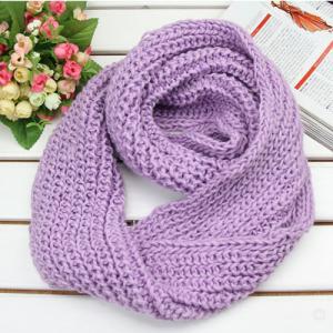 Les dames amincissent l'écharpe en soie