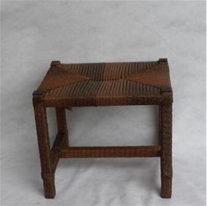 性質色の古典的な籐椅子