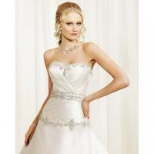 Um-linha cetim sem alças da colher que perla o vestido de casamento enrugado
